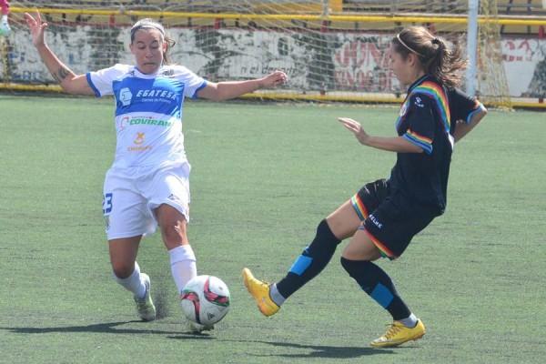 Una acción del choque jugado ayer en La Palmera entre tinerfeñas y madrileñas. | SERGIO MÉNDEZ