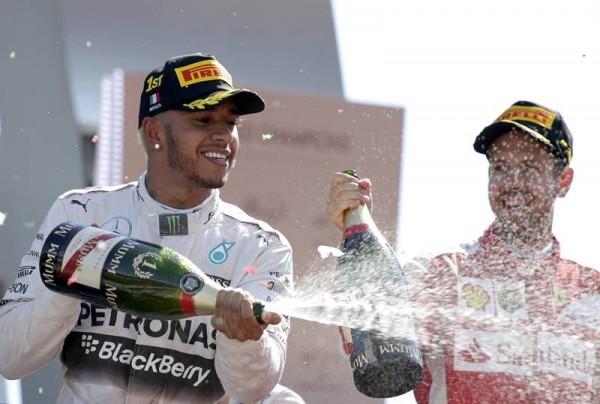 Hamilton celebra su victoria en Monza. | REUTERS