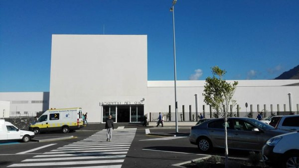 Entrada principal al Hospital del Sur, en el municipio de Arona. | DA
