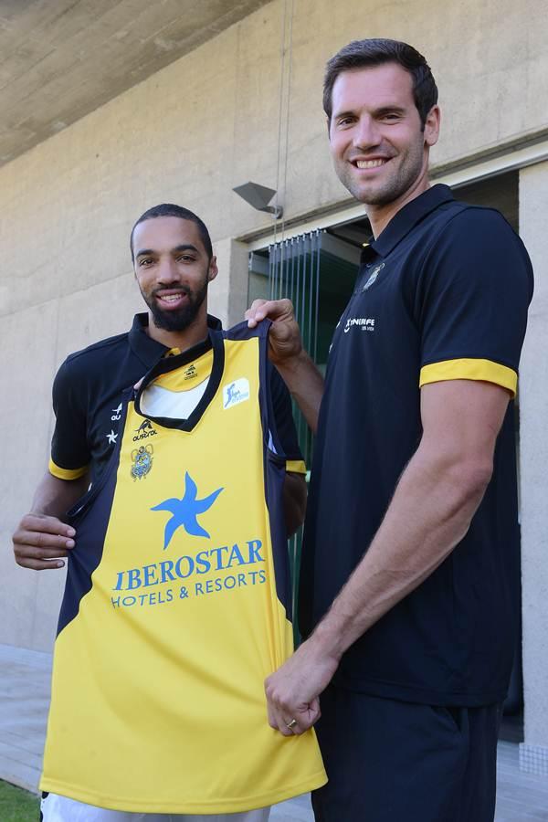 Ambos jugadores posan con la que será su nueva camiseta. | S. M.