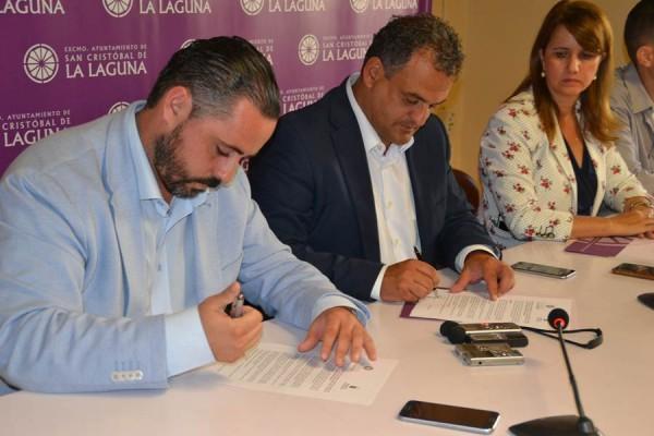 José Gregorio Pérez, José Alberto Díaz y la concejal de Vivienda, Flora Marrero, ayer en la firma.   DA