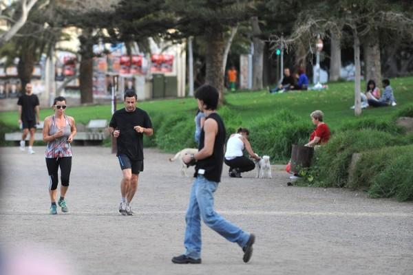 Los vecinos ya utilizan el parque de La Granja para practicar deporte. / S. M.