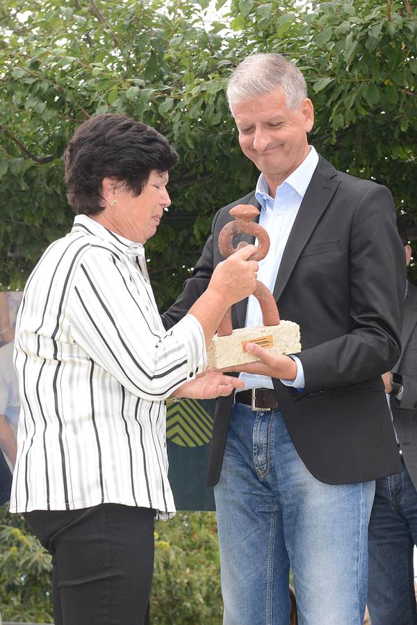 El alcalde entrega el premio a la esposa de Pedro González. | S. MÉNDEZ