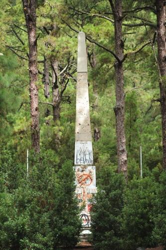 El obelisco está llenos de pintadas. / FRAN PALLERO
