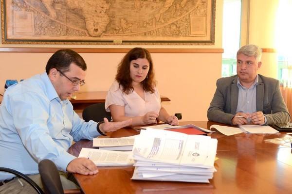 Mari Brito y José Juan Lemes, junto a secretario municipal de Candelaria, Octavio Fernández. | S.MÉNDEZ