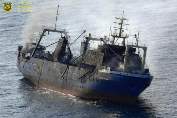 El pesquero ilegal, con el incendio ya sofocado y poco antes de irse a pique al sur de Gran Canaria.   SM