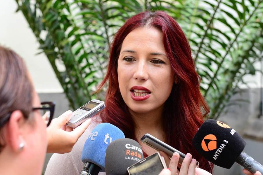 La vicepresidenta del Gobierno de Canarias, Patricia Hernández, en el patio del Parlamento. | SERGIO MÉNDEZ