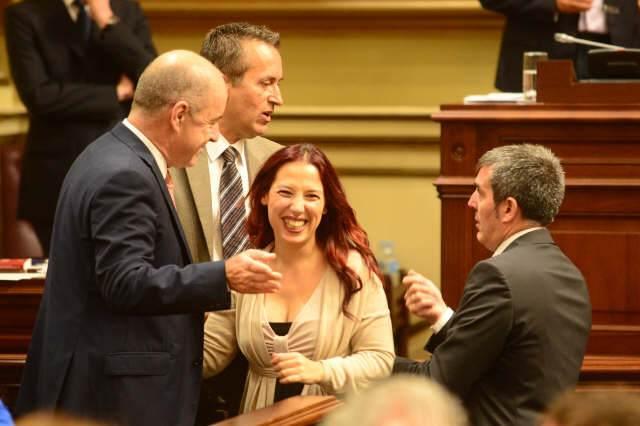 Pedro Ortega, José Miguel Ruano y Fernando Clavijo (CC) rodean a Patricia Hernández (PSOE), ayer. | S. MÉNDEZ