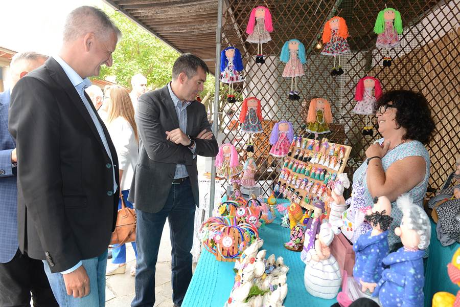 Tras la entrega de premios, las autoridades recorrieron el parque etnográfico para visitar los estands y ver trabajar a los artesanos.   SERGIO MÉNDEZ