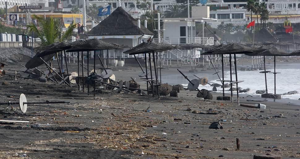 Playa de Fañabé, después de un temporal de mar. | DA