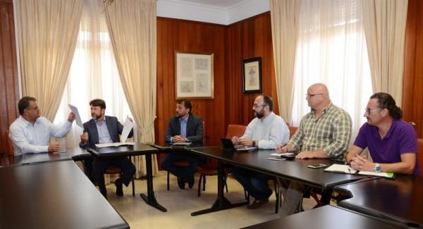En la reunión estuvieron presentes los alcaldes de los tres municipios y el consejero de Medioambiente, Carlos Alonso. | DA