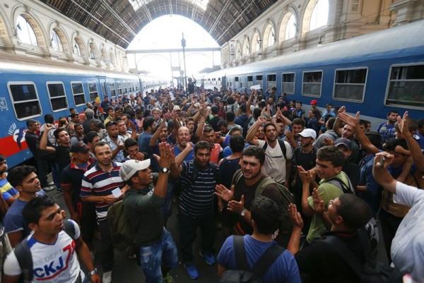 Sirios en una estación de trenes de Hungría. | REUTERS