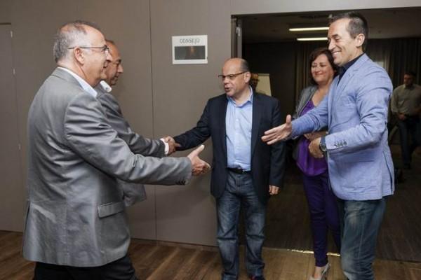 Spínola y Cruz (a la izquierda) saludan a los dirigentes de CC Barragán y Ruano, en una imagen de archivo. | DA
