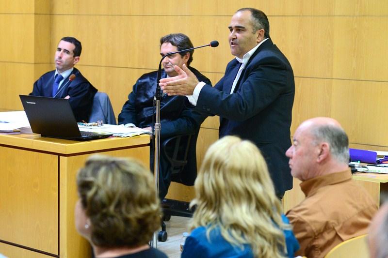 Escolástico Gil, actual alcalde, durante su declaración. / S. MÉNDEZ