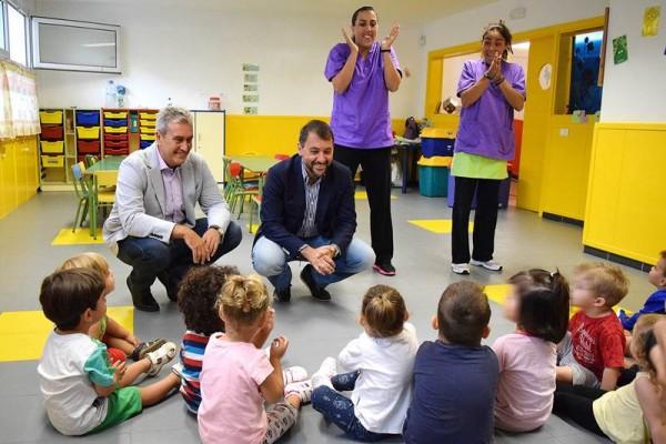 El alcalde y el concejal de Atención Social visitaron ayer ambos centros escolares.    DA