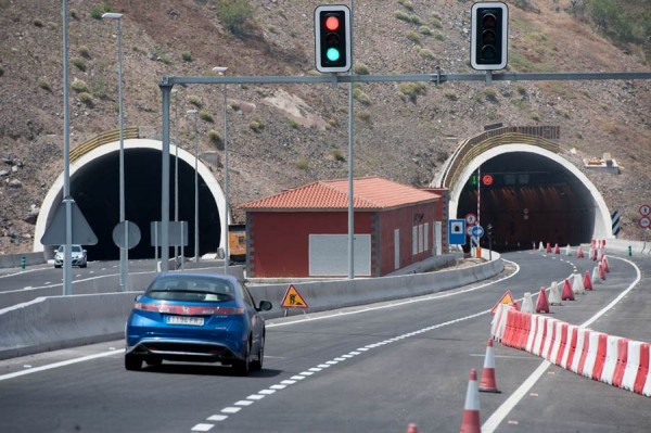 Uno de los carrilles de la vía en la zona de Santiago del Teide permanece cerrado por la aparición de grietas.   F. PALLERO