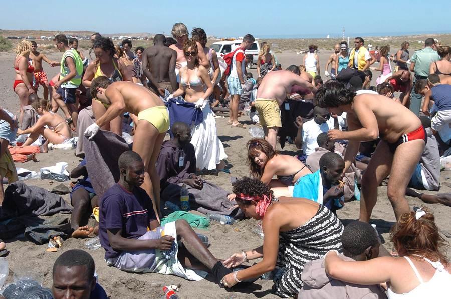 Una imagen que dio la vuelta al mundo en 2006: un grupo de bañistas auxilia a jóvenes subsaharianos en la playa de La Tejita. | ESTEBAN PÉREZ