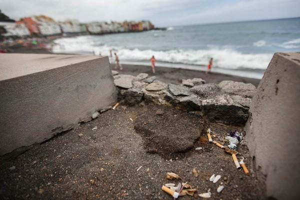 Dejar residuos tirados en la vía pública y zonas turísticas supone un grave perjuicio para la ciudad.   A. GUTIÉRREZ