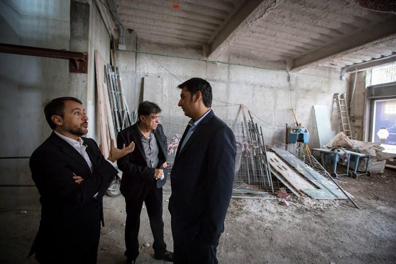 El alcalde visitó ayer las obras de rehabilitación que se realizan en el interior del inmueble. / ANDRÉS GUTIÉRREZ