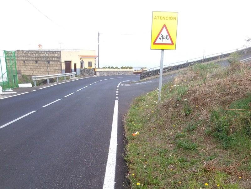La carretera de Benijos supone un riesgo para los peatones. / DA