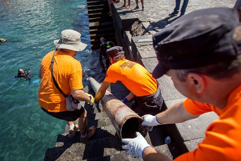 La asociación Promemar realizó el pasado domingo un zafarrancho de limpieza en los fondos de esta zona del litoral de Santa Cruz. / A. G.