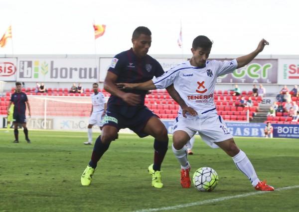 Un momento del partido entre el huesca y el CD Tenerife. | ÁLVARO CALVO
