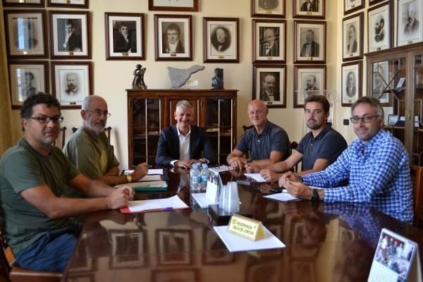 Representantes de los colectivos sociales, durante la reunión mantenida el martes con el alcalde. | DA