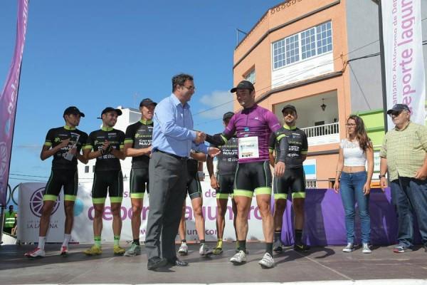 Los miembros del equipo ganador de la primera etapa, en el podio de ayer.   DA