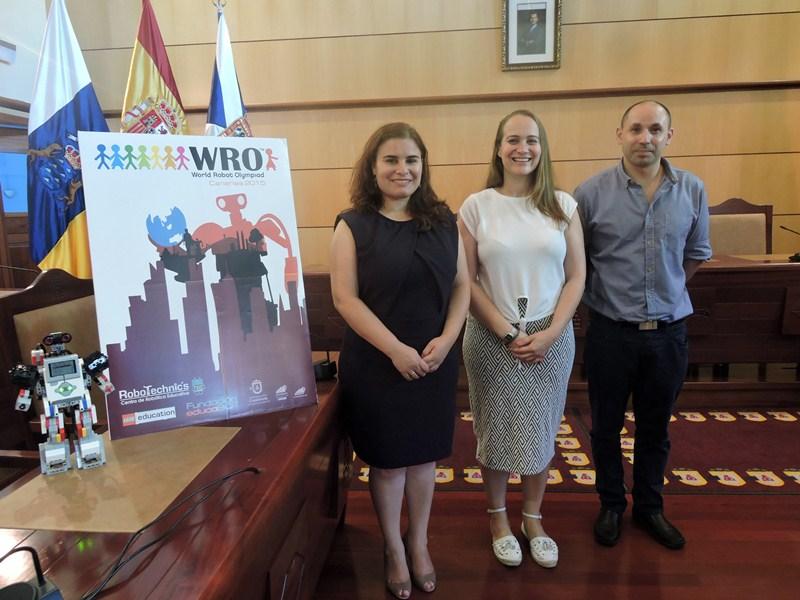 Mari Brito, Silvia García y Alfredo Díaz, tras la rueda de prensa de presentación del campeonato de robótica. / NORCHI