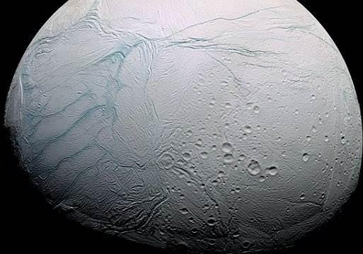 La luna saturniana Encelado oculta un océano global interior