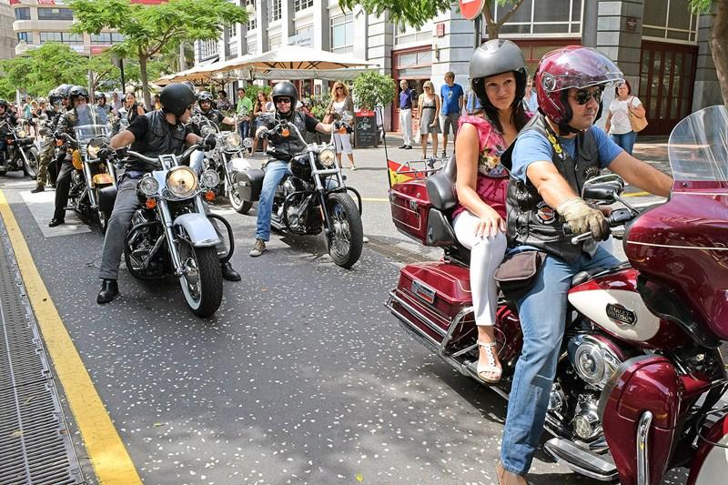 La concejal Zayda González se sumó a la marcha motera. / DA