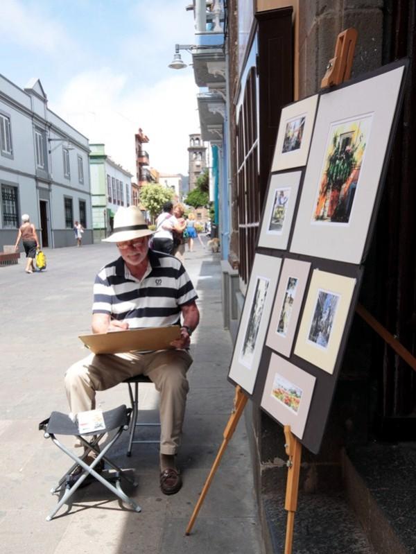 El pintor, nacido en Sudáfrica, pasa su jubilación pintando los paisajes y edificios de Tenerife. / DA