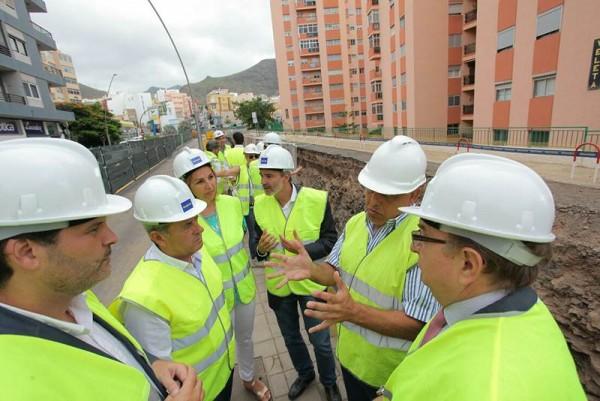 Responsables del Cabildo tinerfeño y del Ayuntamiento capitalino visitaron ayer la obra. | DA