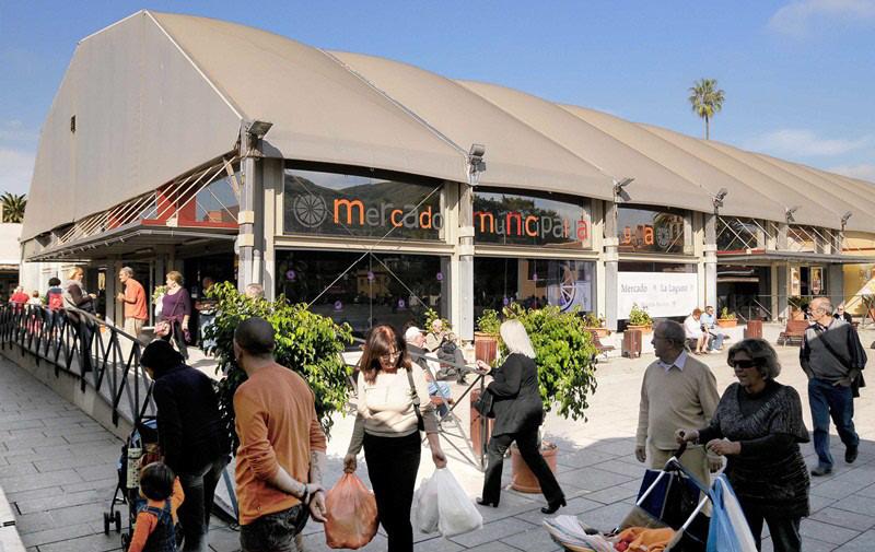 El Mercado municipal en su ubicación actual y provisional, la plaza del Cristo. / DA