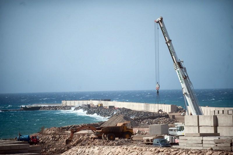 Las obras del puerto de Granadilla no se han parado pese a los continuos procesos judiciales a los que ha estado sometido. / DA