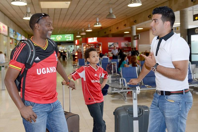 Amos Wekesa llegó a yer a la Isla y fue recibido por Rayco García  en el aeropuerto Tenerife Norte. / SERGIO MÉNDEZ