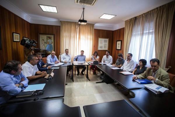 El Cabildo acogió en la tarde de ayer el encuentro con autoridades regionales, insulares y locales para resolver el problema. | A. G.