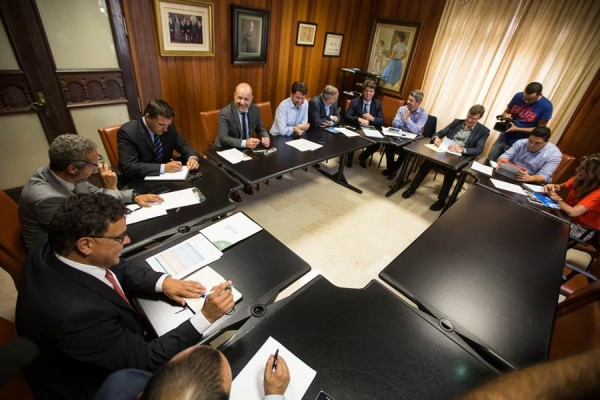 Responsables del Gobierno insular y del Ejecutivo canario se reunieron en la tarde de ayer en el Cabildo tinerfeño. | ANDRÉS GUTIÉRREZ