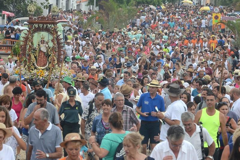 La Subida comenzó a las seis de la tarde, con la Virgen, de nuevo, acompañada por miles de devotos. / SERGIO MÉNDEZ