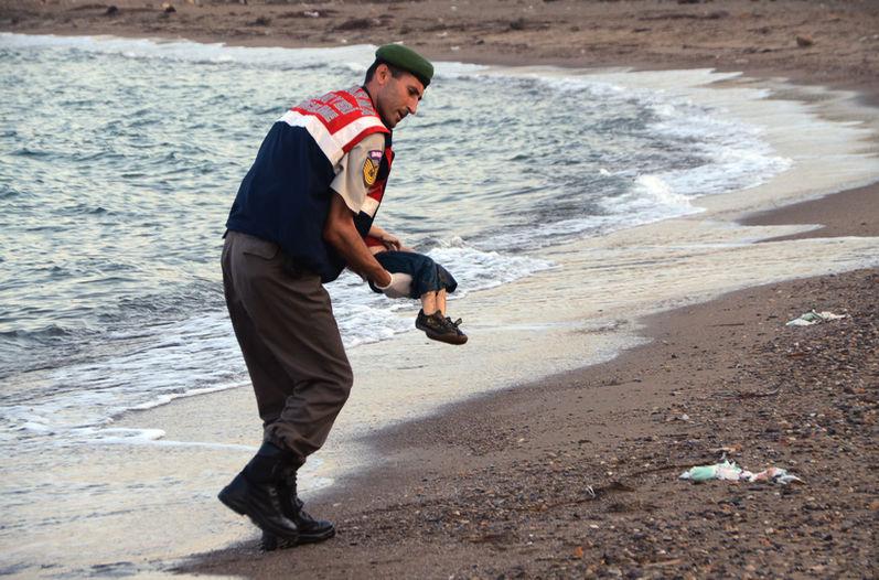 Una foto del pequeño Aylan Kurdi, de 3 años, en la orilla de una playa de Bodrum ha dado la vuelta al mundo.
