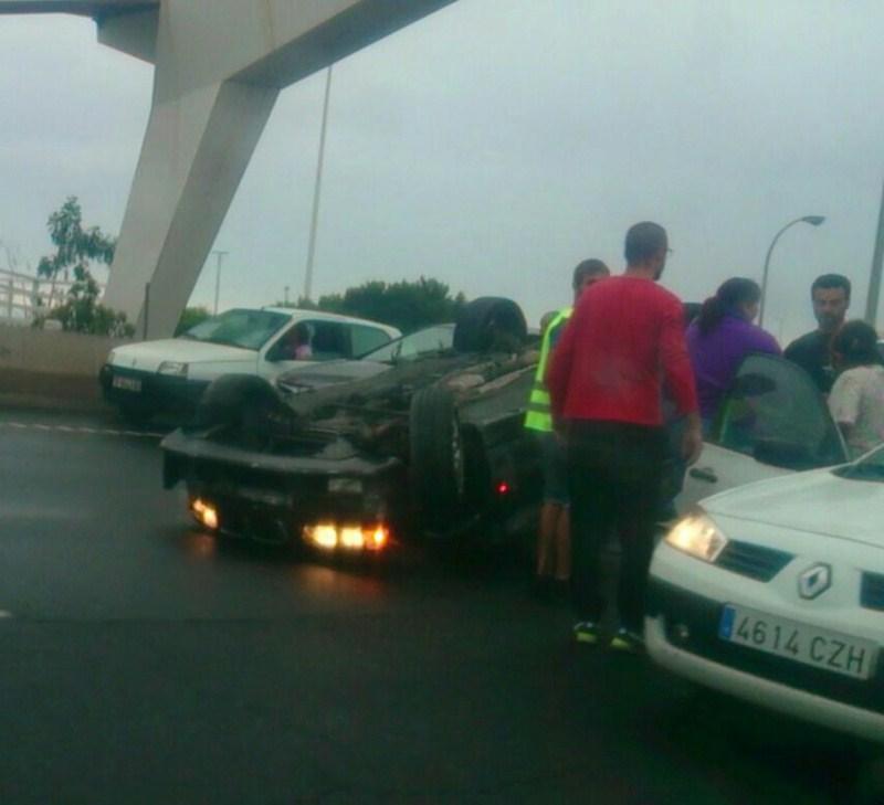 Imagen del siniestro acaecido junto al puente de Taco en la tarde de ayer. / L@S JARDINER@S