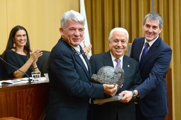 Amid Achi (centro) recibe el premio, que pesa más de 18 kilos. | SERGIO MÉNDEZ