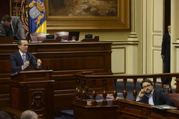 Asiera Antona, en su escaño mientras interviene el portavoz del Grupo Nacionalista, José Miguel Ruano. | S. M.