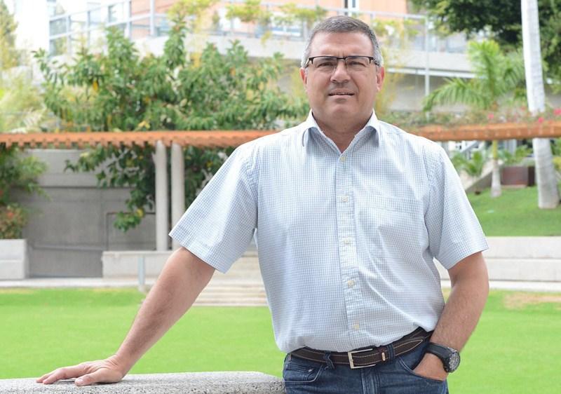 Hernández, en los jardines del Iberostar Grand Hotel Mencey. / SERGIO MÉNDEZ