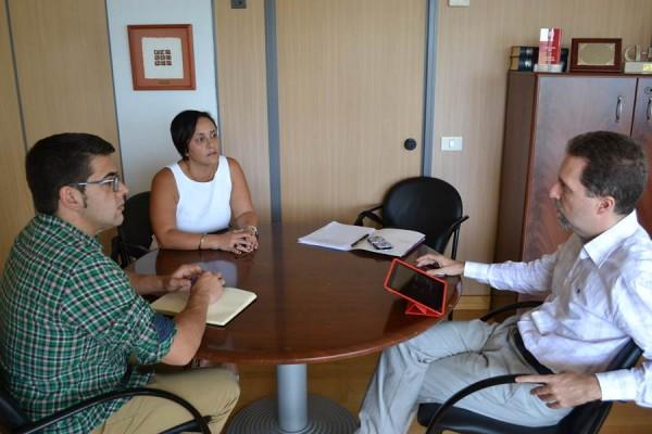 Belén González y Eduardo Rodríguez, durante la reunión con el director del Servicio Canario de Empleo.   DA