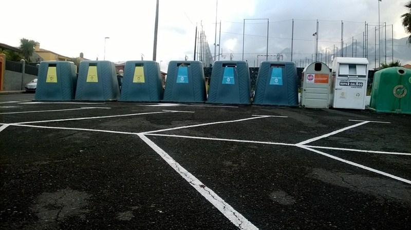 Fila de grandes contenedores en la zona de aparcamientos del cementerio de Santa Sabina, cerca del barrio de Santa Ana. / NORCHI