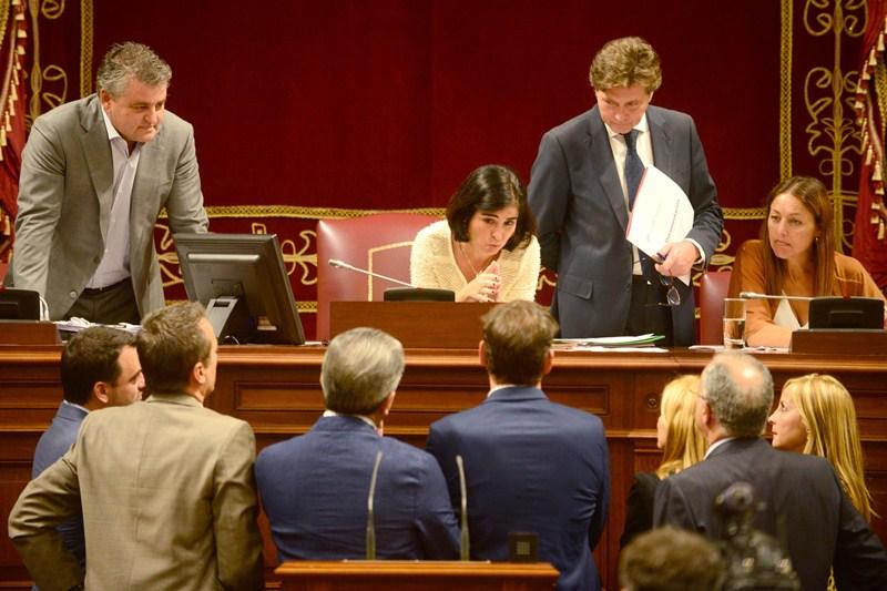 La Mesa del Parlamento de Canarias consulta con los portavoces parlamentarios. / SERGIO MÉNDEZ