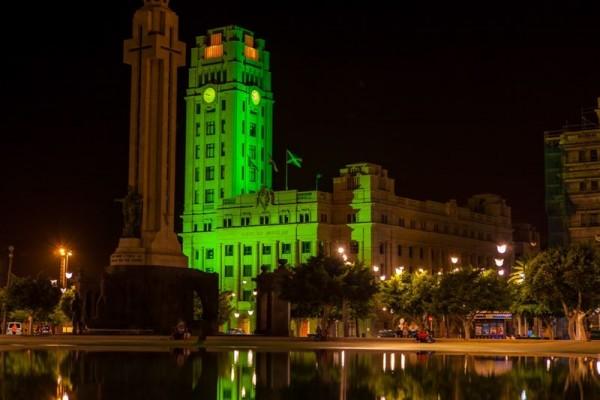 El Cabildo iluminado de verde. | DA