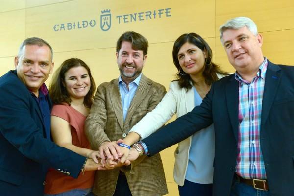Carlos Alonso, Efraín Medina y los alcaldes, Carmen Luisa Castro, Mari Brito y José Juan Lemes, escenificaron el acuerdo en el Cabildo. | S. MÉNDEZ