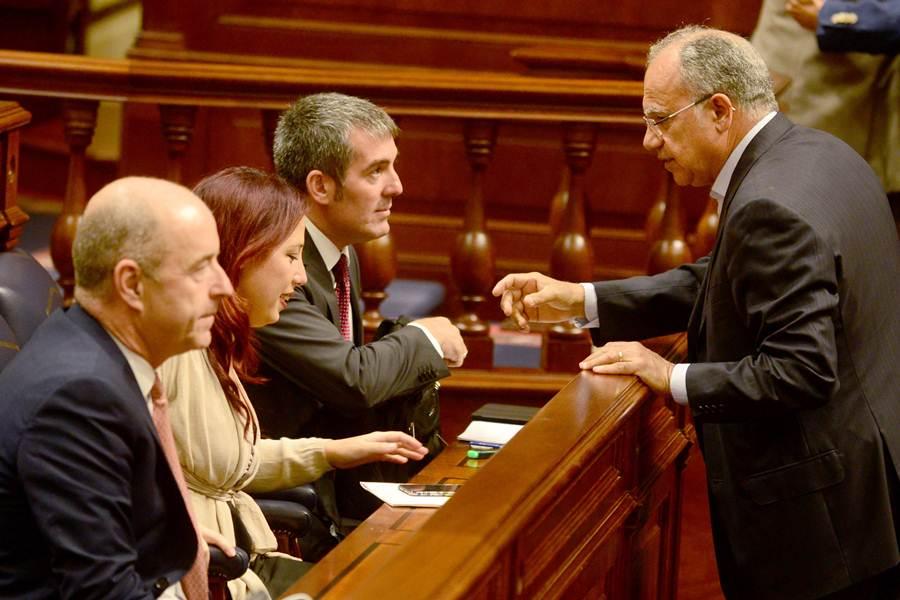 Casimiro Curbelo (ASG) conversa con Fernando Clavijo, Patricia Hernández y Pedro Ortega. | SERGIO MÉNDEZ